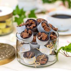 I silvriga formar döljer sig ljuvlig mörk chokladtryffel tillsammans med hackad Daim.