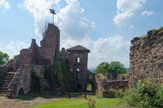 Prunkvolle Schlösser und mittelalterliche Burgen findet man nicht nur am Rhein, sondern auch in Norddeutschland, nämlich im Harz. Hinzu kommen noch unzählige alte Klöster, auf die ich aber in einem anderen Artikel gesondert, im Zuge des Klosterwanderweges, eingehe. Einige Burgen sind noch unversehrt, viele von ihnen wurden aber im Laufe der Geschichte zu Ruinen. Meine fünf Favoriten bei den Schlössern und Burgen habe ich Euch hier aufgelistet. Burg Hohnstein Die Burg Hohnstein ist eigentlich…