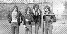 """De izqda. a dcha., Johnny, Tommy, Joey y Dee Dee, los Ramones, en 1976. ROBERTA BAYLEYWARNER    """"Los Ramones son el grupo más molón que haya existido jamás"""". Linda Ramone (Nueva York, 1956) lo repite una y otra vez. Y aunque sea la viuda de Johnny (guitarrista del grupo neoyo"""
