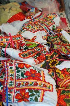 Blusas bordadas de Oaxaca, Mexico