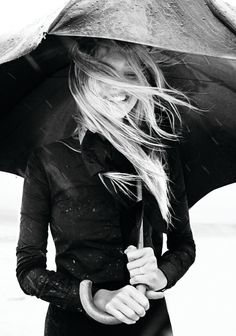 model-rain-sasha-pivovarova-smile-umbrella-Favim.com-65597_large.jpg 420×598 pixels