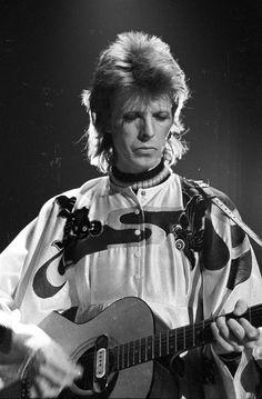 David Bowie performs on stage in Los Angeles, California – 1973 Photo by Michael Ochs Angela Bowie, David Bowie Born, David Bowie Ziggy, David Jones, Duncan Jones, Ziggy Played Guitar, Jazz, Mick Ronson, Bowie Starman