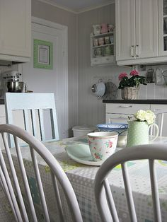 Cottage style dining in the kitchen.  Love everything about this.