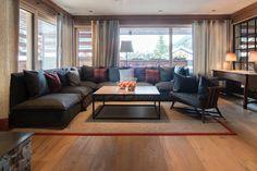 Helle Relax-Lounge im Grand Chalet Lech am Arlberg.