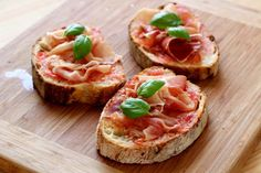 Comment faire un Pan Con Tomato ? Bruschetta, Deli Platters, Easy Healthy Dinners, Healthy Recipes, Crepes, Food Porn, Party Snacks, Finger Foods, Good Food