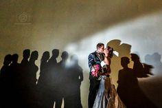 Sombras. Foto premiada na Fearless Photographers em 2014. #wedding #shadows #bride #couple #fearless #wall