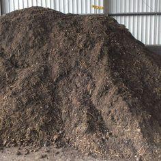 Molmmest is een samenstelling van stalmest, turf en champost en zeer geschikt voor borders, moestuin en bomen