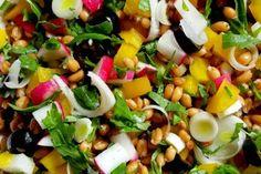 L'insalata di farro estiva ipocalorica è un piatto con pochi grassi, ricco di vitamine e sali minerali. Ecco come prepararlo