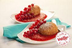 Canederli dolci di ricotta con salsa di fragole e ribes rosso #fragole #ribes  Scopri la ricetta...