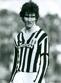 Paolo Rossi en la Juventus #juventus #italy #italia Juventus Fc, Diego Armando, Football Memorabilia, We Are The Champions, Turin, Old Women, Soccer, Sport, Woman