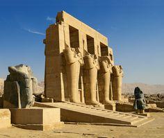 El Valle de los Reyes. Los obreros que construían las tumbas de los faraones en el Valle de los Reyes vivían concentrados en el poblado de Deir el-Medina, para garantizar que la ubicación de las sepulturas quedara en secreto