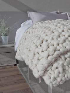 Nubes Rosa Palo – Doble | Knittingnoodles Modern Furniture, Home Furniture, Cute Bedroom Ideas, Chunky Blanket, Manta Crochet, Home Comforts, Throw Pillows Bed, Interiores Design, Interior Design Living Room