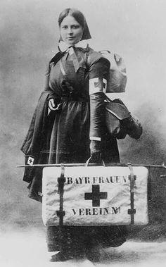 Enfermera alemana de uniforme y con equipación durante la I Guerra Mundial