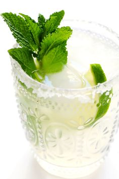 Fresh mint margaritas!! Quick and easy to make with just 4 ingredients, and so refreshing and delicious. They're the perfect cocktail for spring and summer! | gimmesomeoven.com #margarita #cocktail #mint #summer #drink #entertaining #cincodemayo #mexcian Classic Margarita Recipe, Margarita Recipes, Drink Recipes, Mint Margarita, Margarita Cocktail, Fun Drinks Alcohol, Yummy Drinks, How To Make Margaritas, Gimme Some Oven