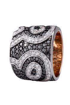 Sortija en oro rosado de 18 kilates con diamantes negros y diamantes incoloros  18K Rose Gold ring with black and white diamonds.