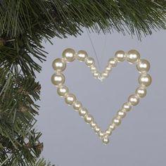 8. gyöngy karácsonyi dísz<br />Vékony drótra, szív alakban fűzve<br />