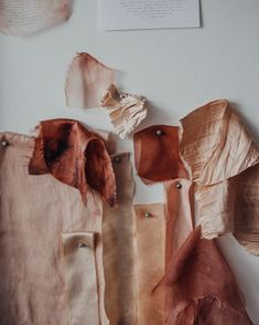 María Elena Pombo mines a generation's favorite fruit for something other than guacamole or a toast topping. Natural Dye Fabric, Natural Dyeing, Au Natural, Design Textile, Textile Art, Avocado Seed, Pink Images, Walnut Shell, Weaving Projects