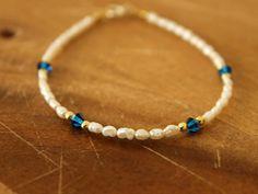 Blanco agua dulce perlas y azul Swarovski rebordea la pulsera, pulsera blanca azul, brazalete de perla de novia, algo azul pulsera, joyería de la boda