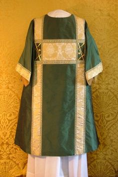 Sacred Vestments & Altar Hangings Davis d'Ambly -|- Liturgical Artist -|- Dalmatic back of the green dalmatic with hand embroidered gold thread ornament.