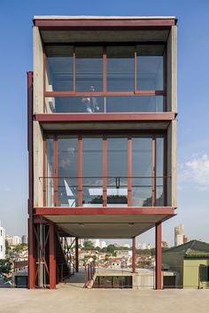 Image 7 of 24 from gallery of Studio Madalena / Apiacás Arquitetos. Photograph by Leonardo Finotti Steel Frame House, Steel House, Metal Building Homes, Building A House, Concept Architecture, Modern Architecture, Steel Structure Buildings, Concrete Interiors, Two Storey House