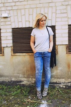 Simppeli on kaunista / Simple outfit with a t-shirt, boyfriend jeans, leopard ankle boots and a fringe bag