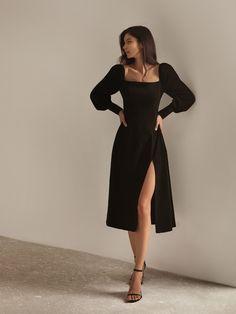 Идеальный выбор для торжественных мероприятий - приталенное платье с трендовым вырезом каре и эффектным разрезом на юбке Фасон с резинкой на спине идеально смоделирует фигуру подчеркивая женственный силуэт. Для светского выхода сочетайте платье с босоножками и клатчем. - приталенный фасон- квадратный вырез- объемные рукава- на спине резинка- на юбке глубокий разрез Pretty Dresses, Beautiful Dresses, Elegant Midi Dresses, Fitted Dresses, Elegant Dresses For Women, Elegant Outfit, Stylish Dresses, Simple Dresses, Online Fashion Stores