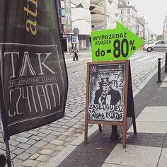 """Polubienia: 236, komentarze: 16 – Tak Czytam (@tak_czytam) na Instagramie: """"Tak zaprasza do wejścia nasza księgarnia w Poznaniu 😍😊👈 zdjęcie @tanczacazksiazkami ⭐️ #takczytam…"""""""