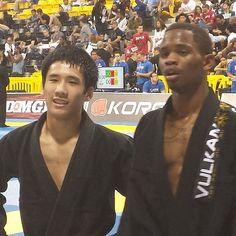 Chris Tran and Cory Walker in the finals of the Blue Belt Galo divsion at the 2013 Brazilian Jiu Jitsu World Championships