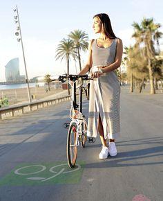 Martita con vestuario de Bono bono en la Barceloneta , con la bici de Tern