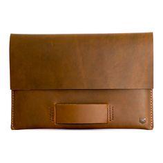 Macbook leather case or Macbook leather sleeve by Capra Leather. This store also has leather wallets, Leather MacBook sleeve. Perfect for men gifts, men fashion. Houses / Pochette pour MacBook en cuir, Étui pour Macbook en cuir. Cadeaux pour les hommes, accessoires en cuir, portefeuilles en cuir. Cover / Case für MacBook Ledertasche für Macbook Leder. #macbookcase #leather #macbooksleeve #men #mensfashion #leatherwallet #leatheraccessories