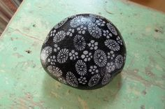by Sabine Ostermann www.facebook.com/pebblesofportugal Monochrome, Stone Painting, Rock Painting, Rock Sculpture, Stone Gallery, Rock And Pebbles, Mandala Rocks, Rock Decor, Cool Rocks