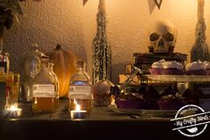 Decoración y recetas para preparar una mesa dulce temática de Halloween Kitchen Appliances, Crafty, Home Decor, Candy Buffet, Candy Stations, Halloween Party, Garlands, Mesas, Recipes