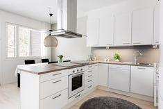 Tällaisessa keittiössä on ilo kokkailla ja tehdä taikoja =D Kitchen Cabinets, Decor, Kitchen, Home, Cabinet, Home Decor