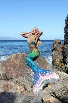 Under the Sea With Real Life Mermaid Hannah ellen moents behavior funny photos fun facts kids pranks she wolf girl photos Real Life Mermaids, Mermaids And Mermen, Fantasy Mermaids, Mermaid Tails, Mermaid Art, Mermaid Paintings, Mythical Creatures, Sea Creatures, Professional Mermaid