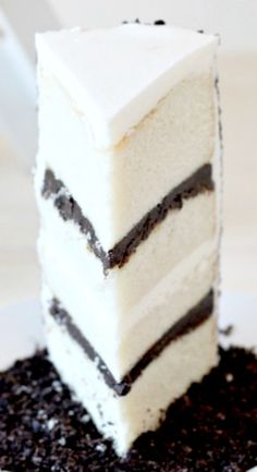 Oreo Cake Recipe ~ White cake with Oreo Filling and Buttercream Frosting Oreo Cake Recipes, Dessert Recipes, Oreo Desserts, Buttercream Frosting For Cupcakes, Brownie Cake, Brownies, Pastry Cake, Cake Toppings, How Sweet Eats