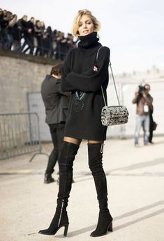 Ideas de look con vestido (o falda) mini + botas altas + abrigo. Si buscas ideas de look para las citas importantes este invierno, no es necesario  que únicamente te detengas en trajes de pantalón o faldas maxi. Este invierno presta atención al vestido mini (o falda), que puedes  perfectamente combinar con botas altas, tan actuales esta temporada. Lo mejor de Street Style.
