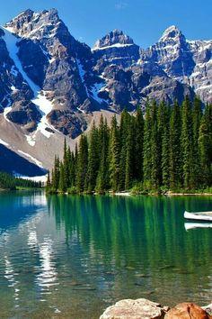 Kanada - Der Moraine Lake mit seinem tiefblauen Wasser liegt in den Rocky Mountains im Banff Nationa Beautiful Nature Pictures, Beautiful Nature Wallpaper, Amazing Nature, Beautiful Landscapes, Beautiful Nature Photography, Scenic Photography, Moraine Lake, Banff, Rocky Mountains