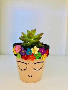 #ArtesaniasyManualidades Painted Plant Pots, Painted Flower Pots, Painted Pebbles, Flower Pot Crafts, Clay Pot Crafts, Diy Flower, Shell Crafts, Easiest Flowers To Grow, Decoration Vitrine
