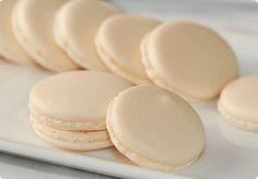 MACARONS A LA MERINGUE ITALIENNE (Pour 70 pièces : 2 blancs d'œufs (env. 80 g), 100 g de poudre d'amandes, 100 g de sucre glace, SIROP : 100 g de sucre en poudre, 35 ml d'eau) CUISSON : 12 mn à 160°