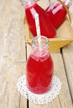 Limonade maison aux framboises Ingrédients pour 6 petites bouteilles :  500 ml d'eau gazeuse 400 g de framboises 130/150 g de sucre 1,5 citron Écraser grossièrement les framboises puis les mixer et les tamiser. Mélanger le sucre et le jus de citron jusqu'à la dissolution du sucre. Ajouter la purée de framboises et l'eau gazeuse puis verser la limonade dans les bouteilles. Servir très frais.