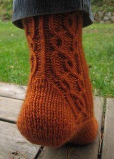 Fredrika-sukat + ohje -- Käsistä karannut - Vuodatus.net Crochet Socks, Knit Or Crochet, Knitting Socks, Hand Knitting, Wool Socks, Needle And Thread, Yarn Crafts, Mittens, Needlework