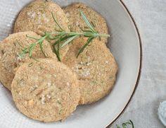 Selbstgemachte Geschenke aus der Küche zu Weihnachten, z.B. Rosmarin Parmesan Taler, Lebkuchen-Cupcakes, Stollenkonfekt uvm.!