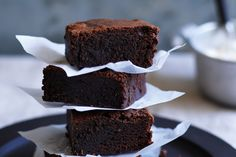 Talia A delicate crust and moist, velvety centre have put brownies into a sweet league of their own. Brownie Recipes, Dessert Recipes, Desserts, Chocolate Fudge Brownies, Melt Chocolate, Delicious Chocolate, Yummy Treats, Sweet Treats, Diy Food Gifts