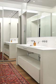 Banheiro branco com espelhos - Atria arquitetura