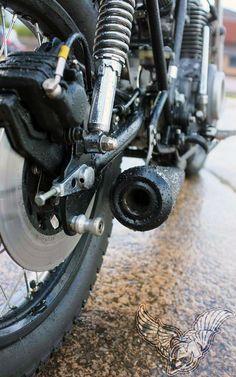 yamaha xs400 street tracker - exhaust and shocks detail