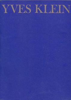 """Yves Klein. Le monochrome. Milano, Galleria Blu, (Le presenze), 1969. Catalogo di mostra, novembre 1969. Scritti di Pierre Restany (novembre 1956) e Dino Buzzati (Sortilegio a Notre-Dame). 3 ill. in nero e una foto dell'Artista in compagnia di Buzzati durante il rito descritto nel """"Sortilegio"""" in cui Klein buttava le foglioline d'oro nella Senna e Buzzati bruciava la ricevuta della sensibilità pittorica"""