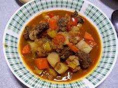 goulash hongrois 2 c à s d'huile d'olive 40gr de beurre 900gr d'épaule de veau (elle doit être désossée et coupés en dés) 2 oignons hachés (300gr environ) 1 c à s de concentré de tomate 1 cà s de farine 1 c à s de paprika doux 2 c à s de graines de carvi 1/2 c à c de poivre de Cayenne 2 gousses d'ail écrasées 500ml d'eau 1.5 litre de bouillon de boeuf 400gr de tomates concassées  poivron rouge 350gr  pomme de terre moyenne 200gr +  les pâtes (spätzles):