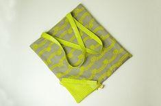 Diese praktische Einkaufstasche lässt sich durch den integrierten Beutel mit Zugband kompakt zusammenfalten und platzsparend in der Handtasche verstauen. So habt ihr bei eurem nächsten Spontan-Einkauf sofort eine Tasche parat. Material zum Einkaufstasche nähen: Für die Einkaufstasche