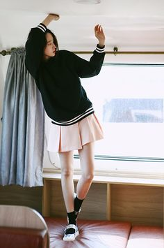 Puedo vestir este suéter en la escuela. A mí me encanta el suéter porque me parece que está de moda. Los zapatos son muy bonitos tambien.