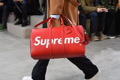 Closer look at a bag from the Louis Vuitton Fall-Winter 2017 Fashion Show by Men's Artistic Director Kim Jones, designed in collaboration with Supreme. The Show was presented in the Palais Royal in Paris, France. Supreme T-shirt, Foto T Shirt, Fashion 2017, Mens Fashion, Streetwear, Mens Fall, Autumn Winter Fashion, Fall Winter, Winter 2017